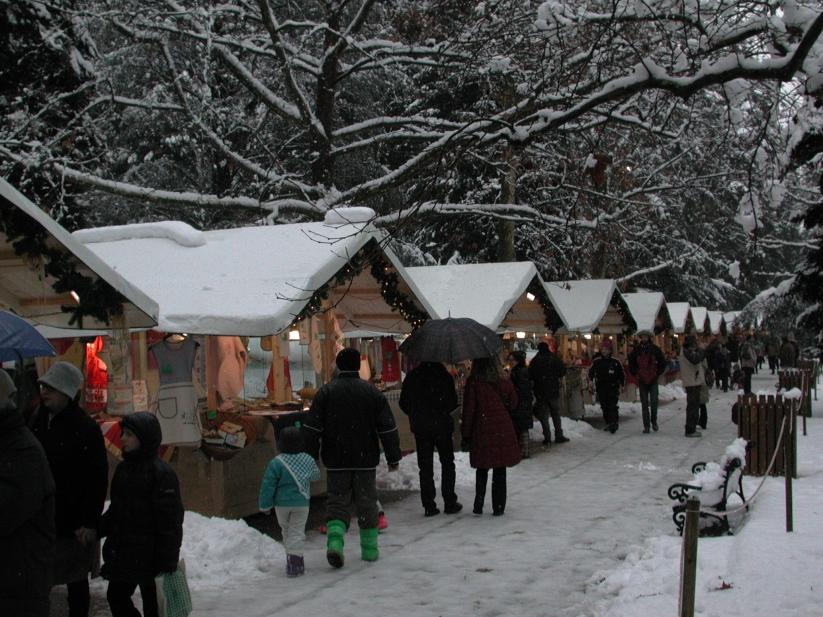 mercatini di natale innevato con casette - mercatini di natale - mercatini con neve (60)